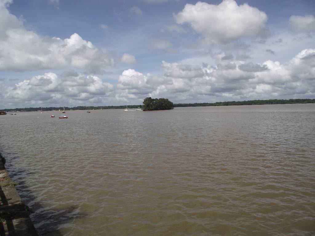 Le fleuve Maroni entre Saint-laurent et Albina au Surinam
