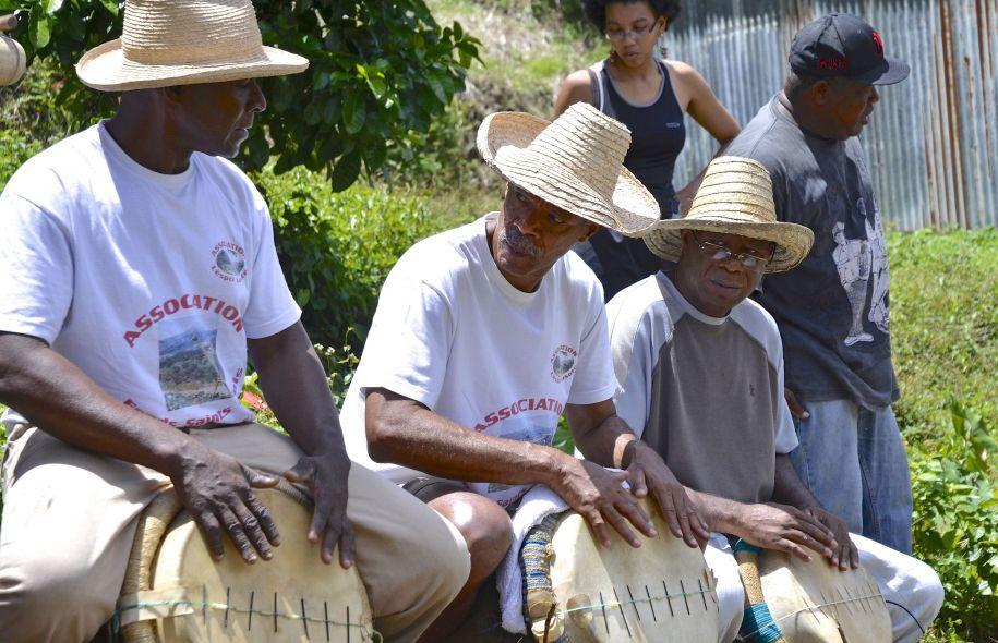 Photo Hélène Clément. Les maîtres-tambours donnent la cadence pour le lasotè : un rythme pour labourer la terre de bas en haut, un autre pour le billonnage. Tout en haut : les agriculteurs de Fonds-Saint-Denis, en Martinique.